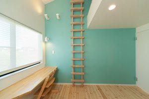見和M邸 薪ストーブの家 鮮やかな壁紙 茨城県水戸市宇津建築設計事務所実績例